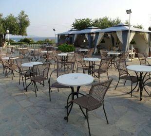 Sitzbereich mit Tonarbeiten-Austellung Acrotel Elea Village