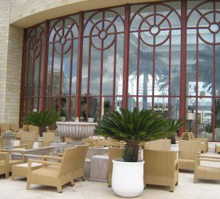 Gemütliche Terrasse neben der Lobby Hotel Mövenpick Resort & Marine Spa Sousse
