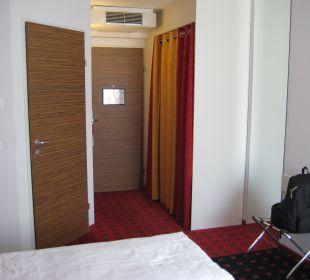 Blick auf Kleiderschrank, Bad und Tür Senator Hotel