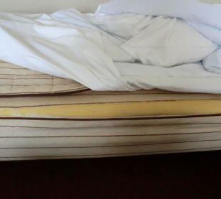 Ein langer Riss im Matratzenbezug