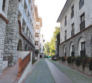 Weg Richtung Fitnessraum,Parkplatz u. Ausfahrt! Martı Resort De Luxe