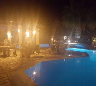 Pool bei Nacht Hotel Robolla Beach
