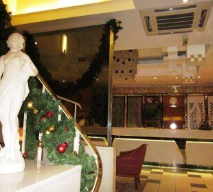 La reception e la scala che porta ai piani Hotel Capricorno