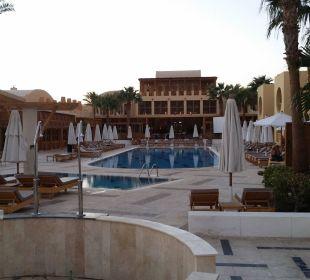 Pool mit Hauptgebäude