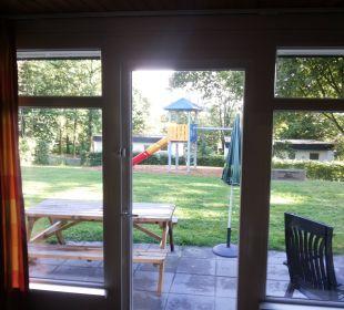 Geschlossene Garten mit Spelgeräte Familienzimmer