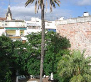 Blick auf den Pool aus Zimmer 411 Hotel Galeon