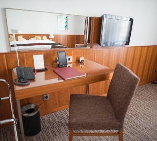 Schreibtisch und TV K+K Palais Hotel
