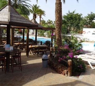 Pool und Poolbar Hotel Miraflor Suites