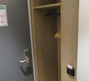Komfort-Eckzimmer 403 mit viel zu kleinem Schrank SORAT Hotel Saxx Nürnberg
