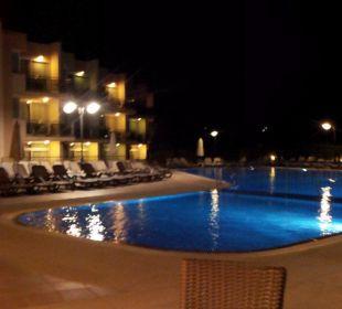 Pool by night Aparthotel Duva & Spa