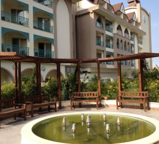 Im Sommer geht der Springbrunnen Hotel Side Crown Palace