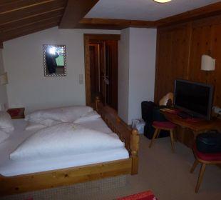 Dunkle Möbel, kleines Dachzimmer Landhaus Sammer Hotel Garni
