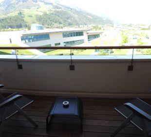 Balkon mit Blick zur Therme Hotel Tauern Spa Zell am See-Kaprun