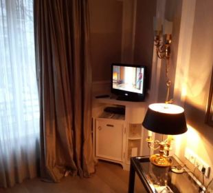 Kleiner Fernseher in der Ecke Hotel München Palace