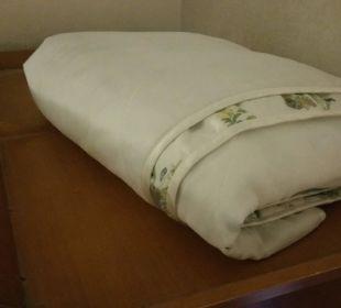Die Tagesdecke des Bettes auf dem verstaubten Schr KurparkHotel Warnemünde