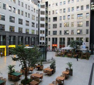 Innenhof mit Restaurants Arcadia Hotel Berlin