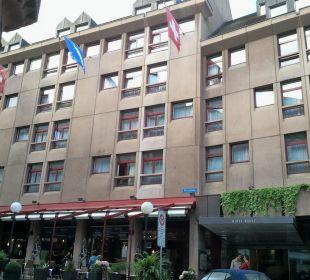Blick von außen mit Terrasse Hotel Basel