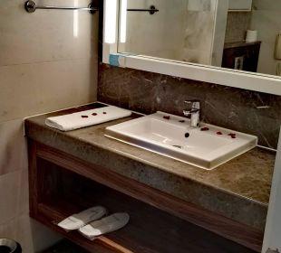 Großer Waschbeckenbereich. SENTIDO Gold Island