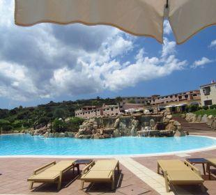 Blick vom Pool zum Hotel Colonna Resort