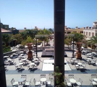 Blick über die Terrasse zur Plazza Lopesan Villa del Conde Resort & Spa