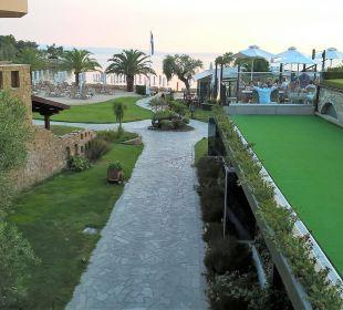 Von der Übergangsbrücke fotografiert Anthemus Sea Beach Hotel & Spa
