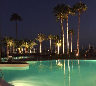 Blick von der Bar auf die abendliche Poolanlage Sensimar Calypso Resort & Spa