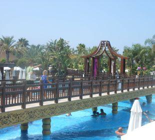 Poolbrücke vom Hotel zum Strand Hotel Royal Dragon