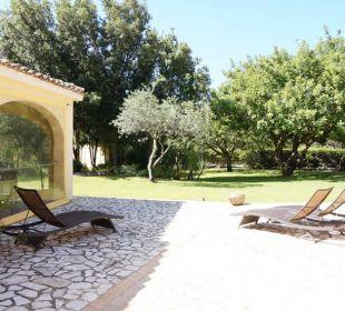 Sonnenliegen und Garten S'Arenada Hotel