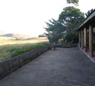 Blick vom Restaurant außen auf das Wasserloch Hotel Lake Nakuru Lodge