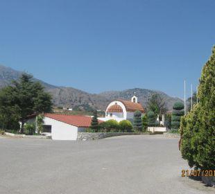 Parkplatz neben der Strasse und Kapelle Vantaris Beach Hotel