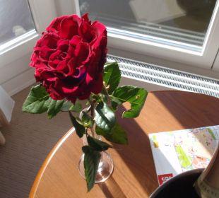 Rote-Rosemarrangementauf dem Zimmer Romantik Hotel Bergström