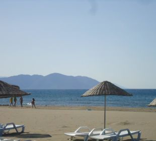 Strand mit Liegen und Schirmen The One Club Hotel