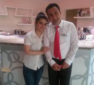 Yasemin von der Lobbybar mit ihrem Kollegen von d Hotel Arabella World
