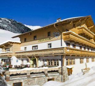 Haupthaus im Winter Alpengasthof Pension Praxmar
