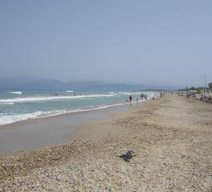 Ist man zwei Meter im Wasser, ist feiner Sand! Hotel Acharavi Beach