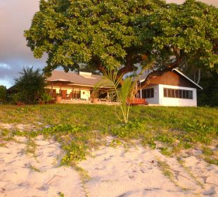 Haupthaus mit Bar, Rezeption und Restaurant Sandy Beach Resort Tonga