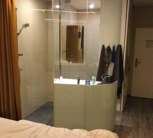 Dusche im Zimmer a-ja Warnemünde. Das Resort.