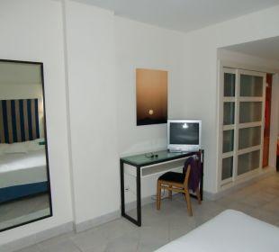 2. Schreibtisch mit TV Hotel H10 Tindaya