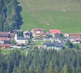 Blick vom Berg auf das Hubertus Hubertus Alpin Lodge & Spa