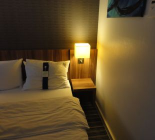 Nachttisch mit Lampen Holiday Inn Express Hotel Bremen Airport