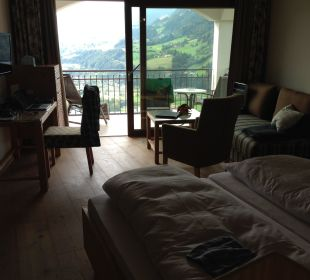 Blick vom Badezimmer zum Balkon Hotel Alpendorf