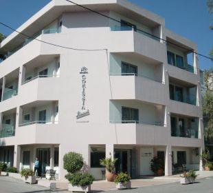 Eingang und Lage der Zimmer zur Strasse Hotel Corissia Beach