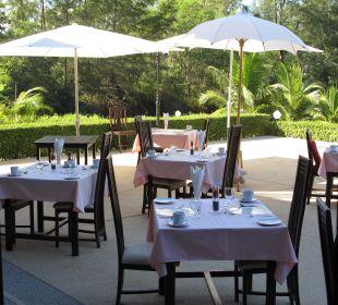 Frühstück wird auf Terrasse serviert Khao Lak Riverside Resort & Spa