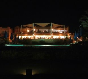 Blick vom Pool zum Restaurant und bar