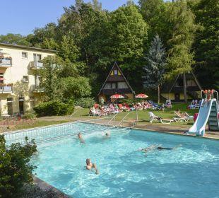 Blick auf den Aussenpool Familotel Family Club Harz