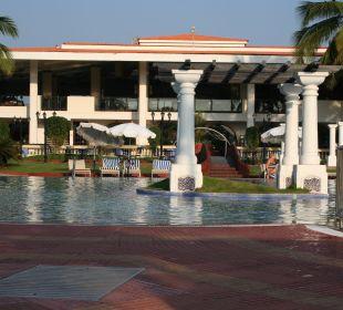 Pool und hintere Ansicht des Hotels Hotel Holiday Inn Resort Goa