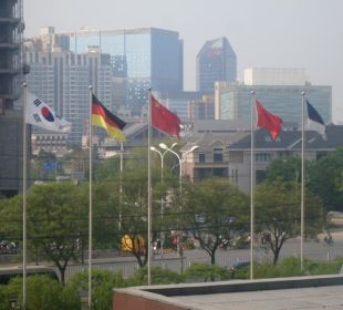 Gruß an die Gäste mit Landesfahnen Kempinski Hotel Beijing Lufthansa Center