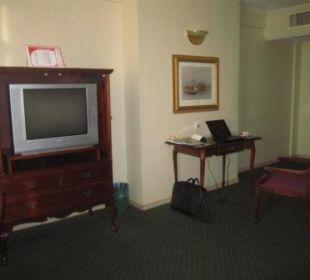Wohnzimmer mit TV und Schreibtisch Ramada Hotel & Suites Al Khobar