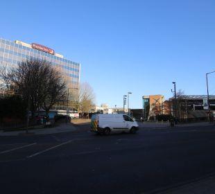 Links Hotel, rechts Tube-Eingang Hotel Premier Inn London Wembley Stadium