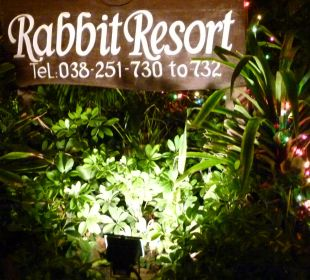 Steht am Eingang zum Resort.